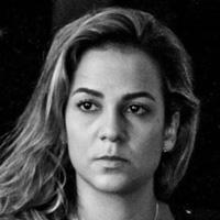Foto em preto e branco de Carolina Parrode. Uma mulher branca de cabelos lisos, que está séria na foto.