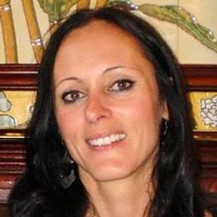 Foto de Fernanda Cavedon-Capdeville, uma mulher branca de cabelos lisos e pretos. Ela sorri para a foto.