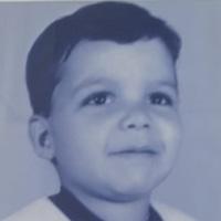 Foto antiga, em tons de azul, de Levindo quando criança.