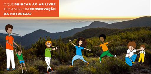 Sobre um retângulo laranja no canto superior esquerdo está escrito: O que o brincar ao ar livre tem a ver com conservação da natureza? Logo abaixo, sobre a foto de montanhas, a ilustração de um adulto brincando com três crianças.