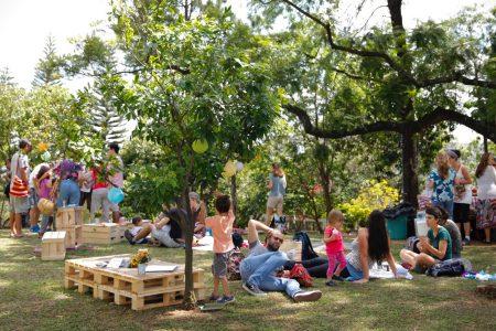 foto de Piquenique organizado pelo Movimento Boa Praça, com várias pessoas conversando, sentadas no gramado e fazendo atividades variadas na praça Amadeu Decome, em São Paulo.