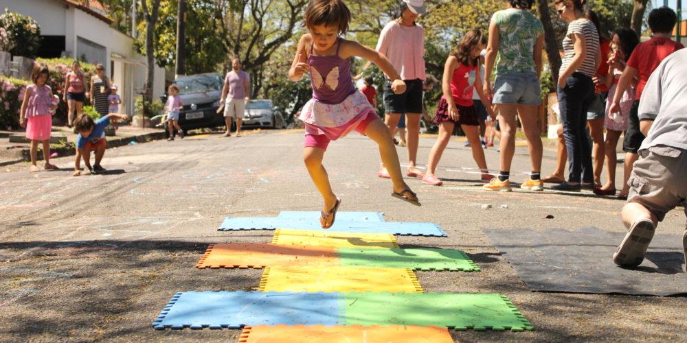 Casas de portas abertas: crianças descobrem o prazer de brincar na rua -  Criança e Natureza