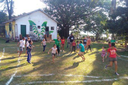 Crianças correndo no jardim