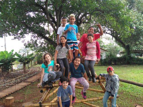 Crianças sentadas em parque de bambu