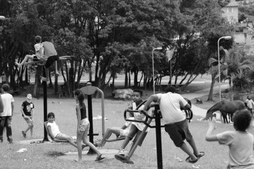 Crianças brincando em um parquinho