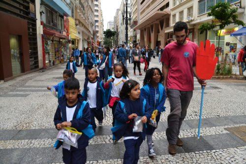 crianças na cidade