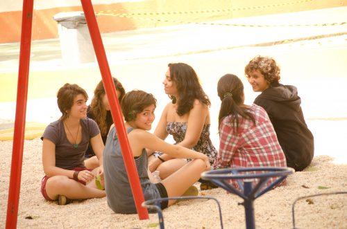 Adolescentes no pátio