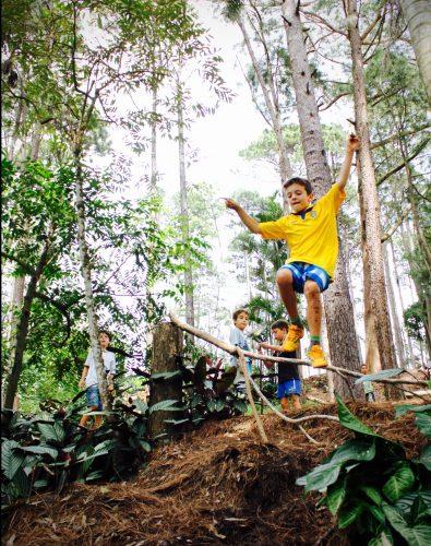 Crianças pulando