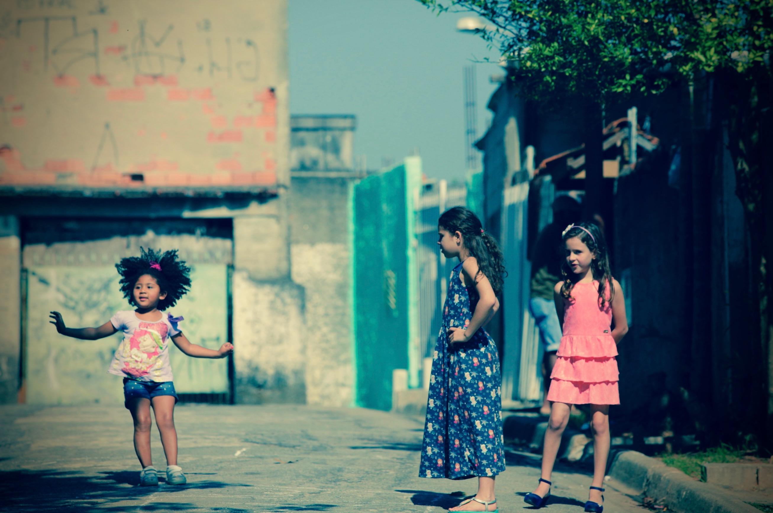 Meninas e amarelinha