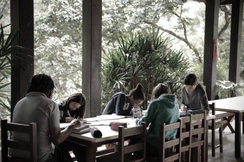Crianças em uma mesa