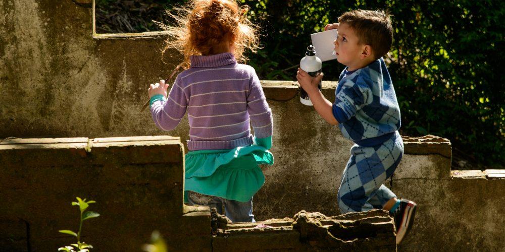 crianças correndo na escada
