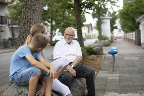 Bernhard Meyer, autor do livro Cidades para Brincar e Sentar, conversando com crianças na Alemanha.