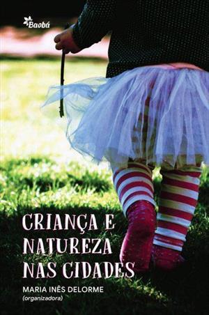 Close nas pernas de uma criança usando usando uma saia de tule e meias listrada andando na grama. Em letras brancas está escrito: Criança e Natureza nas Cidades.