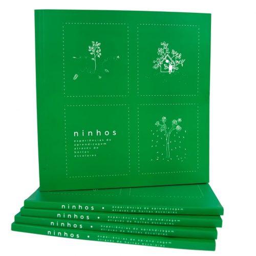 Livro verde com ilustrações de plantar em branco. No canto inferior esquerdo está escrito: Ninhos. Experiências de aprendizagem através de hortas escolares.