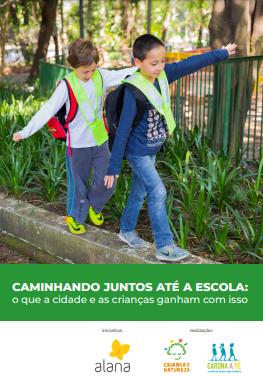 Duas crianças andando sobre uma guia, com os braços abertos para se equilibrar. Ao fundo vegetação e uma grade verde. Sobre um retângulo verde está escrito: